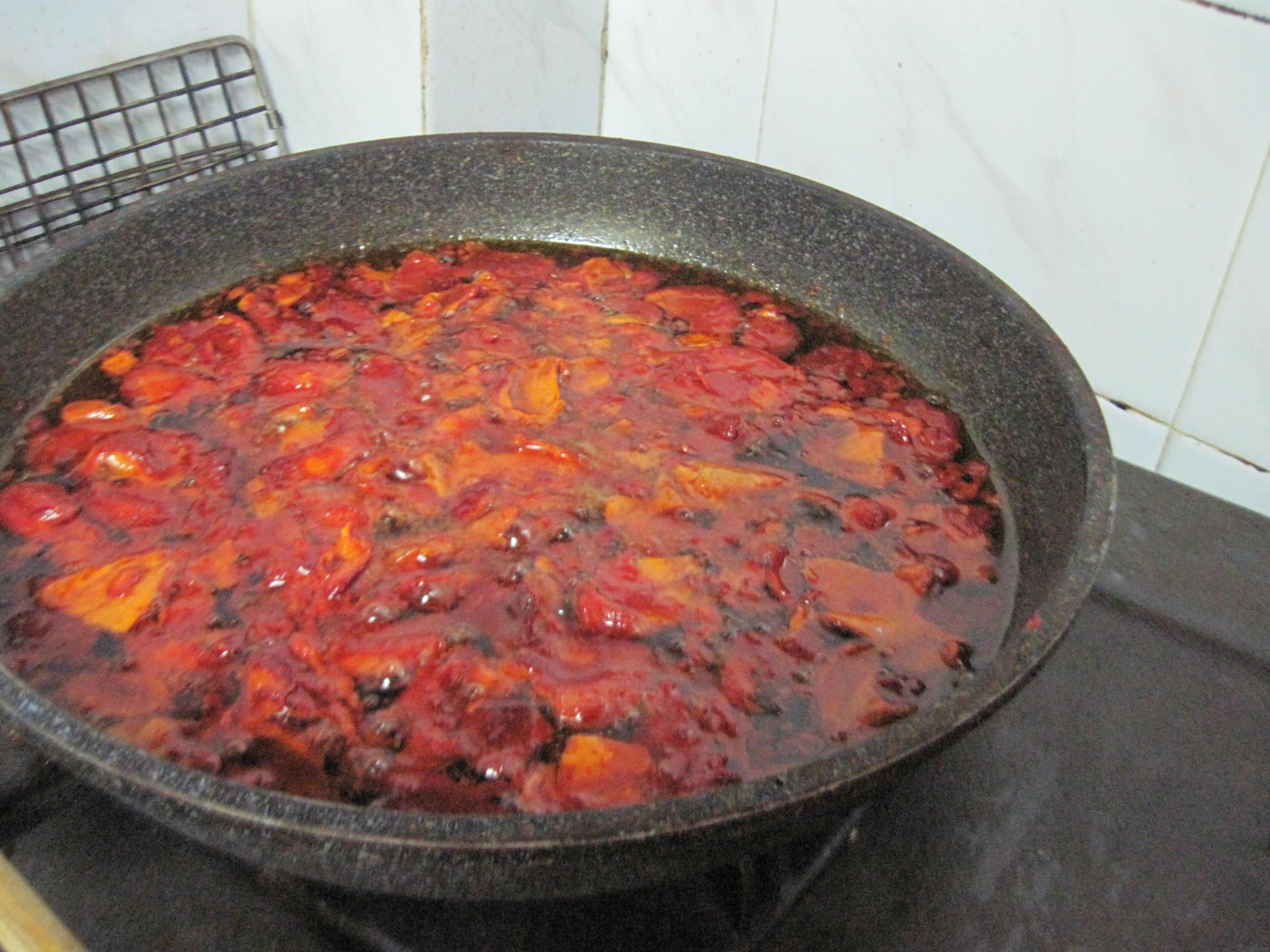Tách bỏ phần hạt và xao thịt gấc với dầu ăn