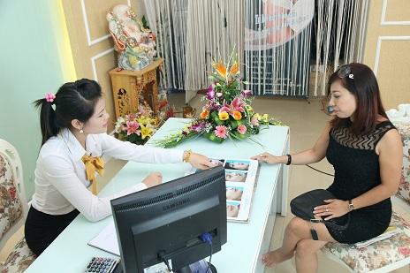 Tư vấn dịch vụ căng da mặt cho khách hàng