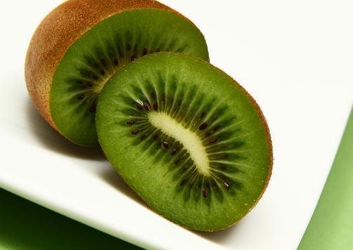 Kiwi giàu vitamin C và chất chống oxy hóa nên có tác dụng rất tốt với việc căng da