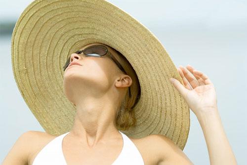 Đội mũ tránh ánh nắng không tốt cho da